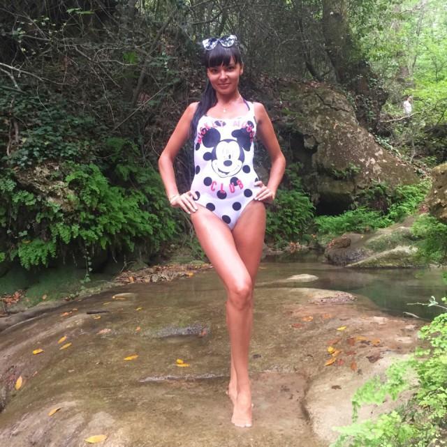 Привлекательные девушки в купальных костюмах