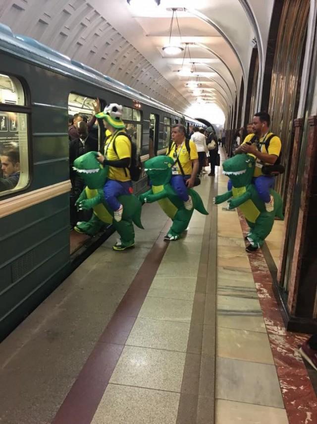 Бразильские болельщики штурмуют московское метро