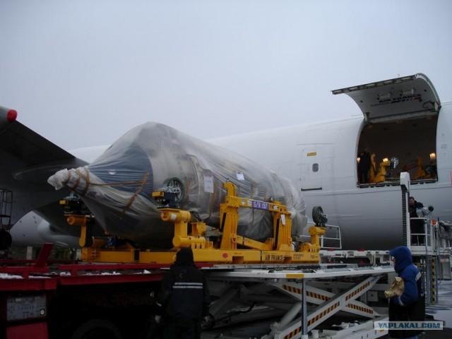 Замена двигателя на самолете (6 фото)