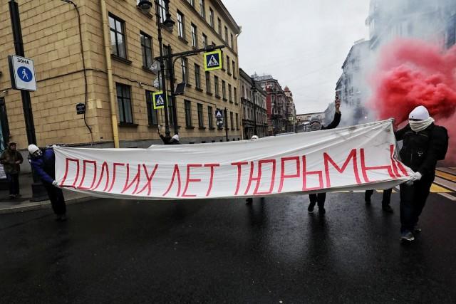 В день рождения Путина в Петербурге растянули баннер «Долгих лет тюрьмы». 4 задержаны