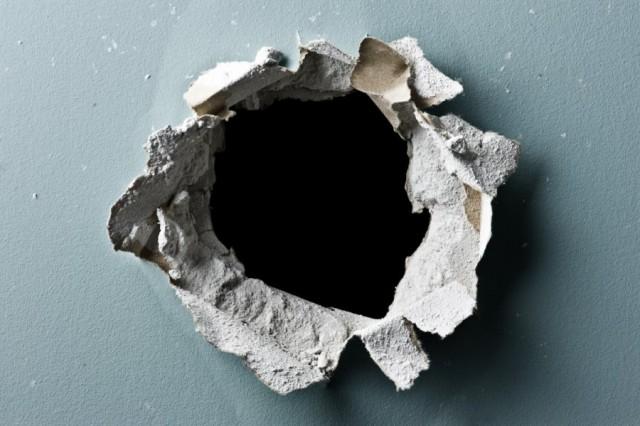 дрюкаются через дыру в стене