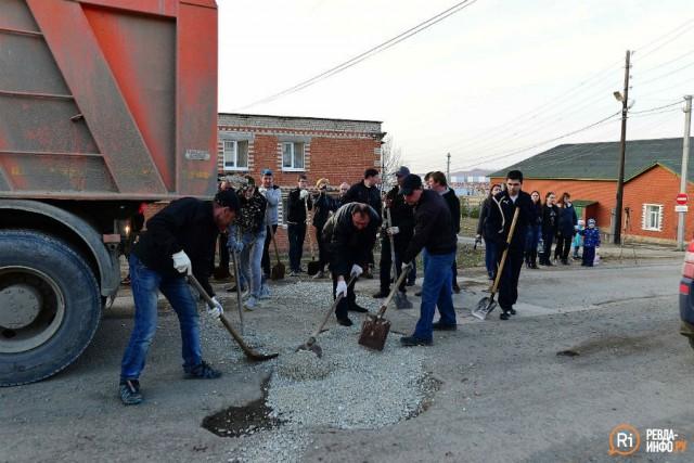 В Свердловской области жители устали ждать власти и сами починили разбитые дороги