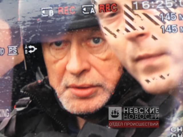Доцента Олега Соколова выводят со следственного эксперимента из квартиры на Мойке.