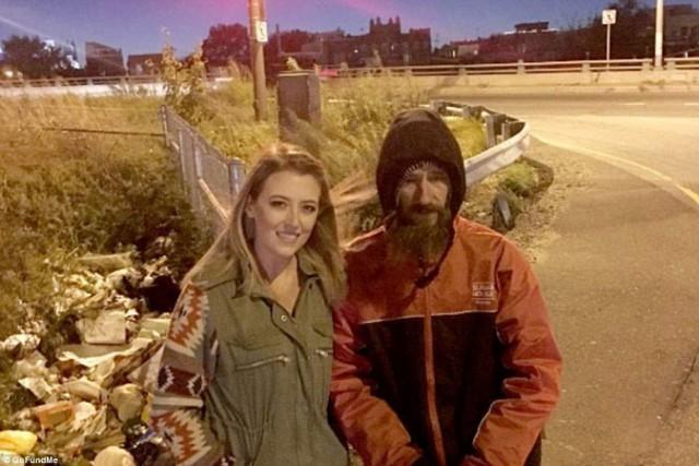 Бездомный одолжил девушке денег на бензин, а она в благодарность организовала для него кампанию помощи и собрала более 100 тысяч