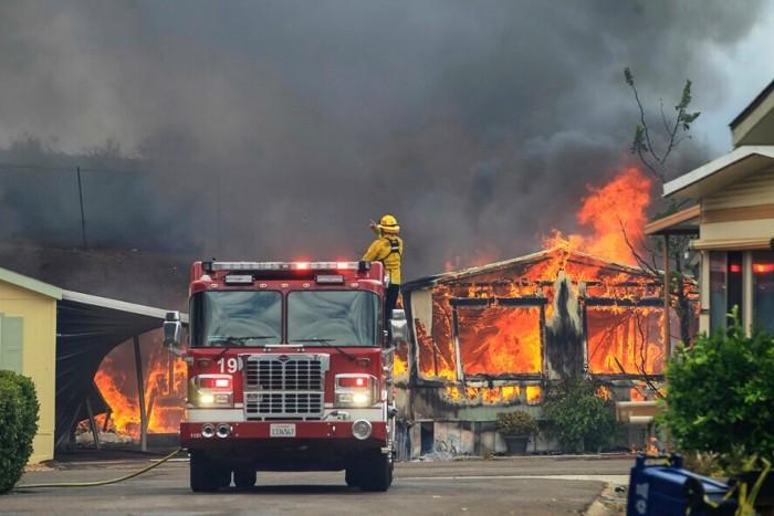 Мгновенная карма: пожарный не стал тушить дом бывшей жены по решению суда