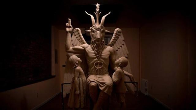 Храм Сатаны открывает статую Бафомета
