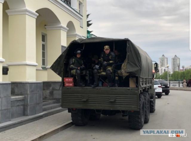У сквера дежурят военные: в Екатеринбурге четвертый день идут акции против скандальной стройки храма