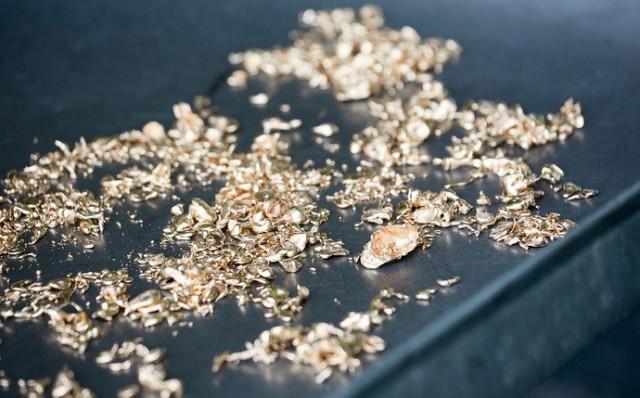 «Золото въедается в кожу, оседает на волосах, одежде, мы буквально им дышим». Репортаж с ювелирного завода