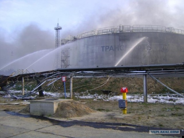 Взрыв в нефтяном резервуаре