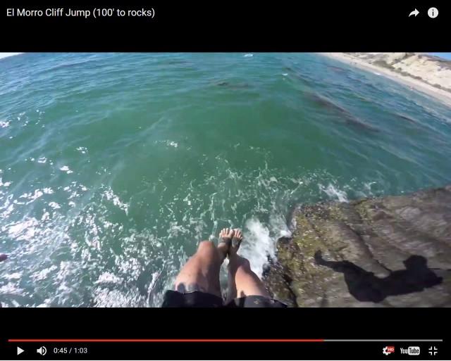 Этот безумец точно не доживет до старости! Опасный прыжок в воду с крыши 8-этажного дома