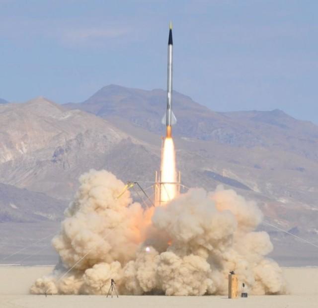Самодельная ракета до космоса летела.
