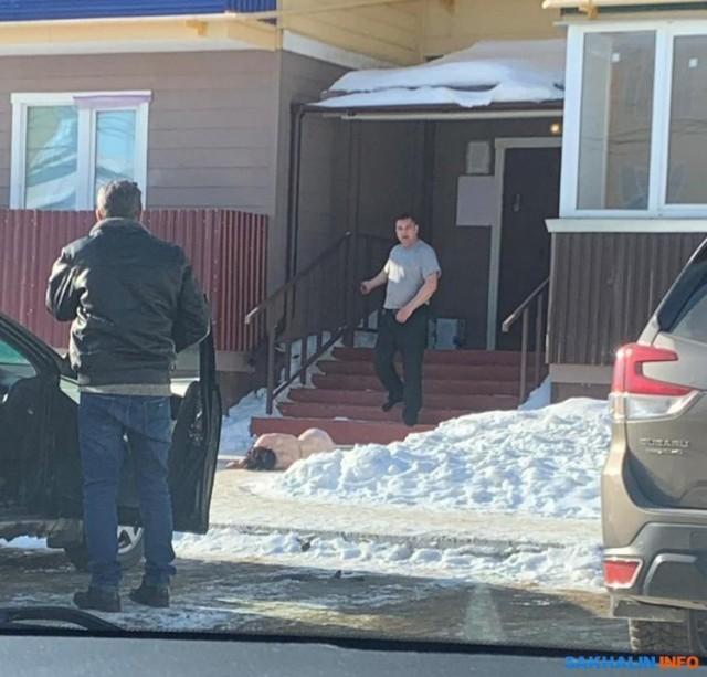 На Сахалине мужчина избил и протащил по улице свою жену. Соседи ничего не делали, просто снимали всё на видео
