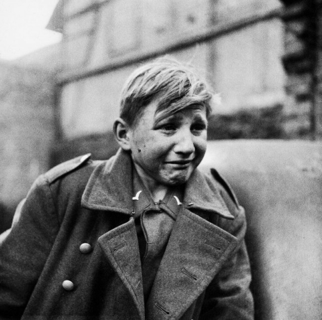 16-летний немецкий зенитчик Ганс, попав в плен, плачет от страха и стыда. Что не так с фото?