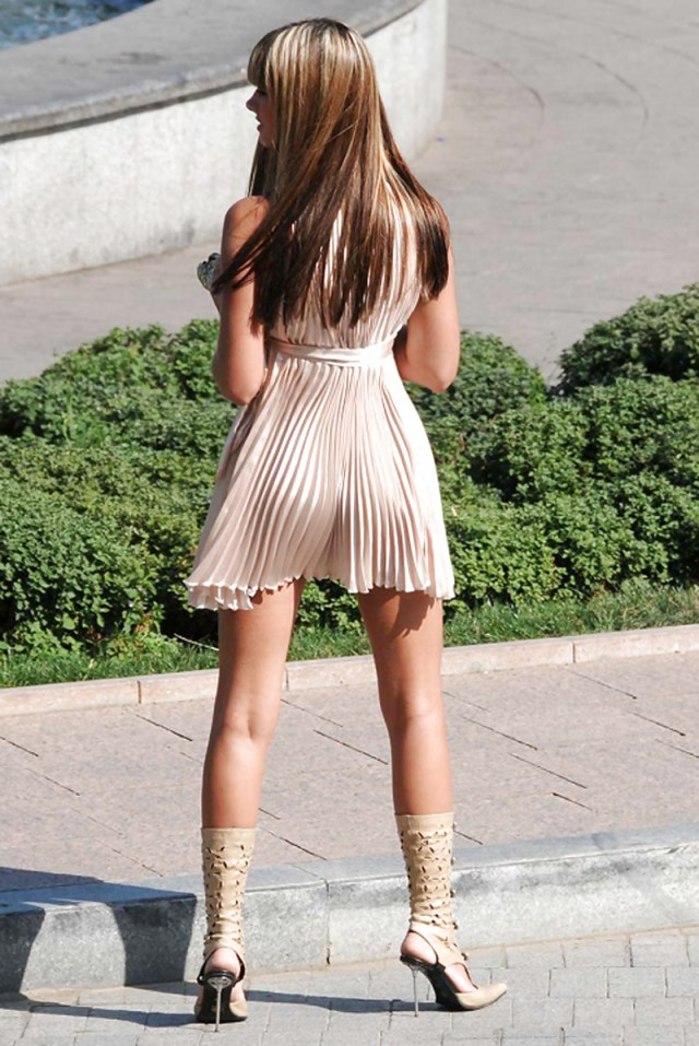 Девушки в платьях