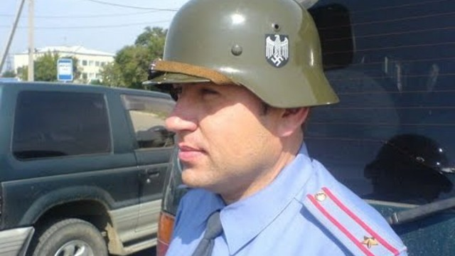 Антифашиста из Владивостока оштрафовали за фотографию полицейского в каске со свастикой.