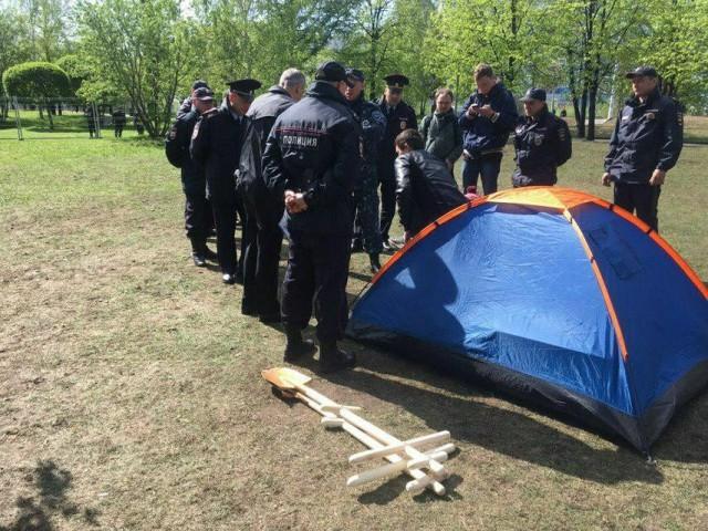 Двое мужчин остались ночевать в сквере Екатеринбурга в палатке. Чиновник назвал это незаконным пикетом