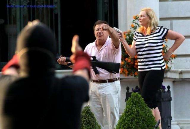 Американские супруги с оружием в руках встретили демонстрантов у своего дома и стали героями интернета