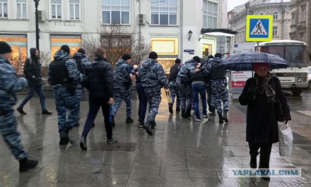 Активисты «СтопХам» придрались к автобусу ОМОН в центре Москвы и были жестко задержаны