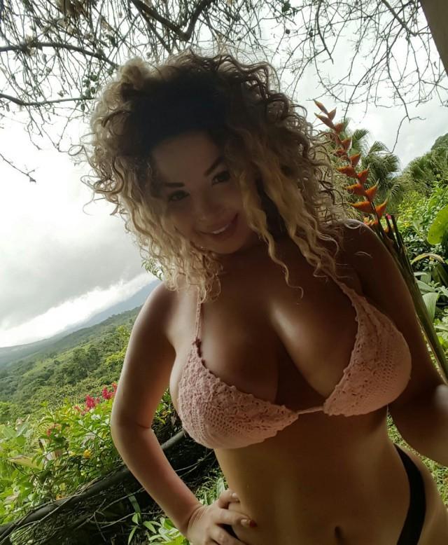 Фото девушек с натуральной голой грудью мысль