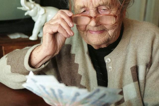 Экономия на пенсионерах. Сотрудники ПФР налетали в бизнес-классе на 1300 пенсий