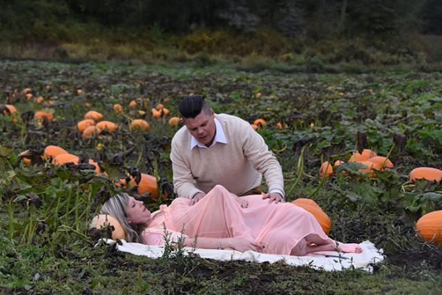 Необычная фотосессия беременной женщины и её мужа