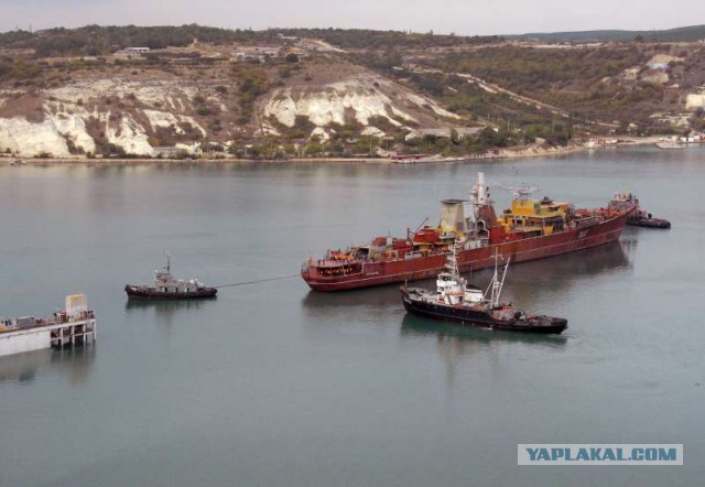 Российские военные затопили корабль в Крыму