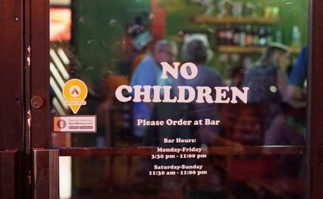 Владелец бара повесил на свое заведение табличку, запрещающую вход с детьми: мамы негодуют и обвиняют мужчину в дискриминации