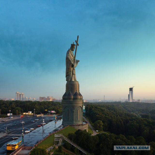 Святой Владимир парит над Москвой