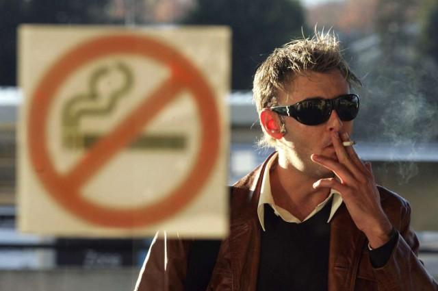 Впереди грядёт запрет курения около подъездов