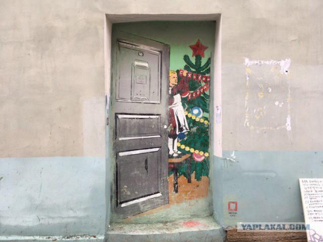 Граффити с дверью в «советский Новый год»  снова закрасили