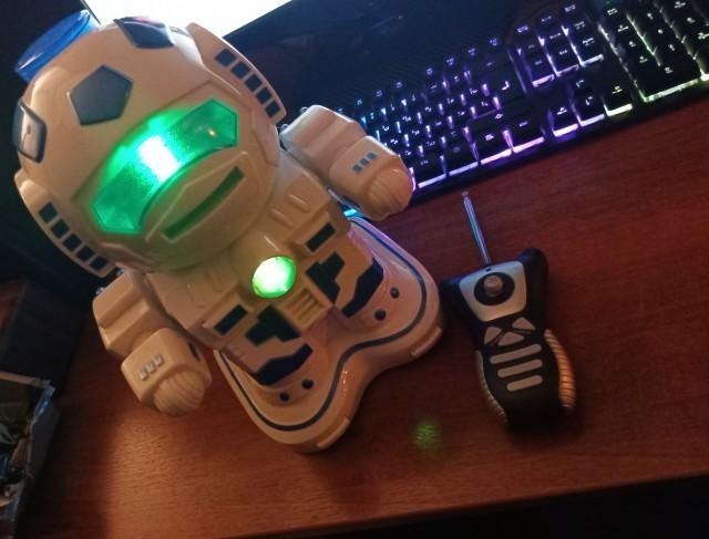 Отдам даром игрушку- робота)
