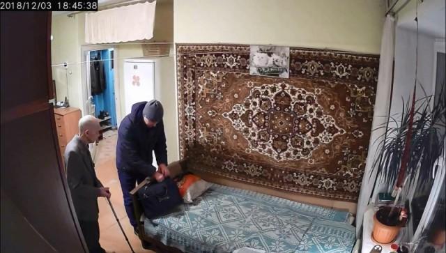 В Екатеринбурге лжемастер по ремонту окон обчистил тайник с деньгами 93-летнего ветерана