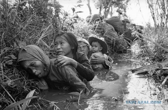 Женщины и дети прячутся от обстрела. Вьетнам.