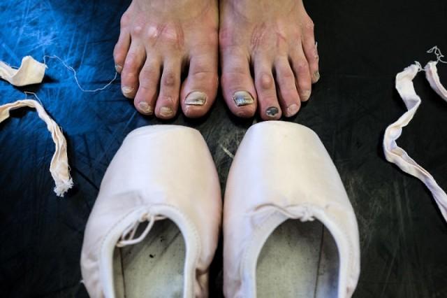 дрочит ногами в легких носках
