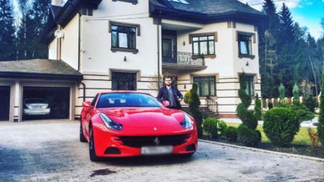 """Суд оштрафовал сына """"куриного короля"""" на красном Ferrari на 1600 рублей"""