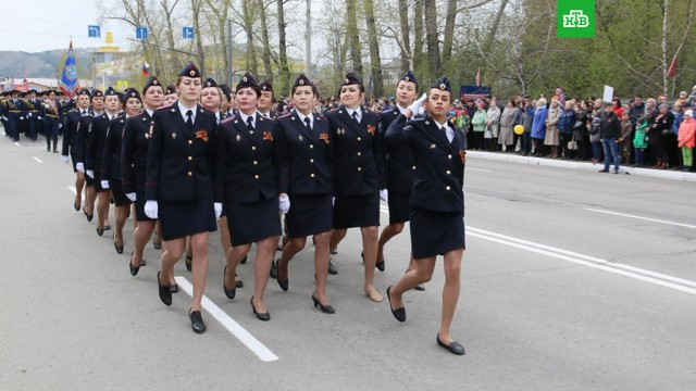 Маршировавшую на параде без туфли сотрудницу МВД наградили за мужество