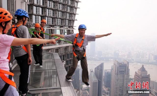 Шанхайский небоскрёб открыл для посетителей обзорную площадку без заграждений и поручней