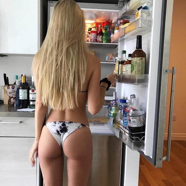 Девушки в домашней обстановке