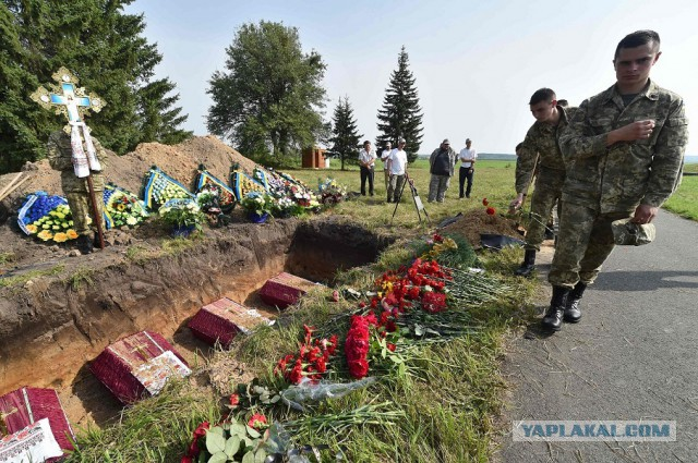 Под Киевом захоронили 20 советских солдат