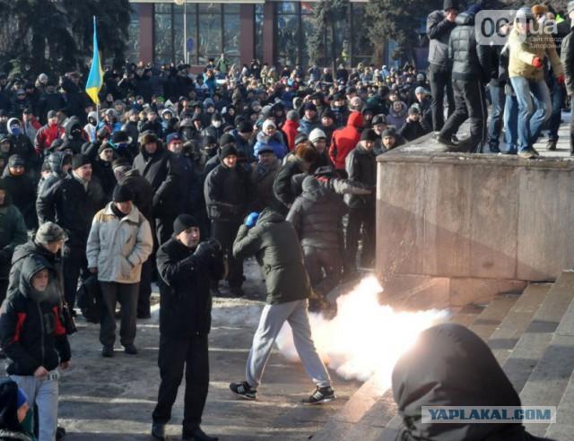 В Запорожье начался штурм здания обладминистрии