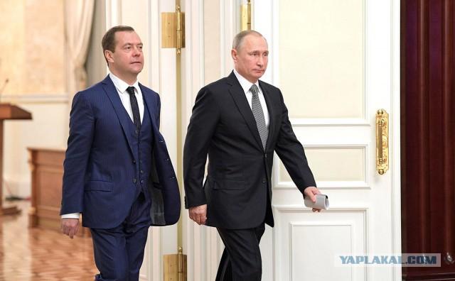 ФОМ и ВЦИОМ отметили снижение рейтингов Путина и Медведева