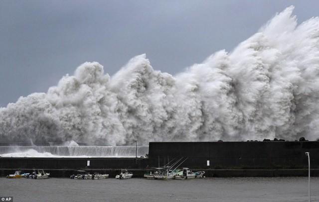 Тайфун Джеби уничтожил побережье Японии и уже добрался до России. Фотографии последствий