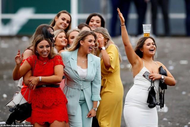Фестиваль Aintree в Ливерпуле. Как обычно, вышли в лучших платьях, и как обычно - все загадили