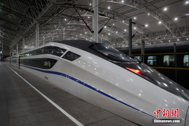 В Китае ввели в эксплуатацию двухэтажный скоростной поезд