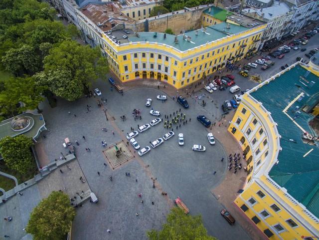 В День вышиванки одесские патрульные и нацгвардейцы устроили праздничный флешмоб