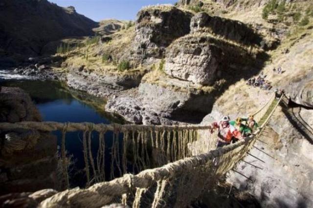 Рукотворный травяной мост через пропасть