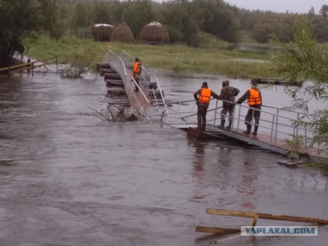 На Урале новый мост, который жители ждали два года, развалился через сутки после открытия