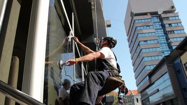 Негостеприимный петербуржец перерезал тросы промышленному альпинисту
