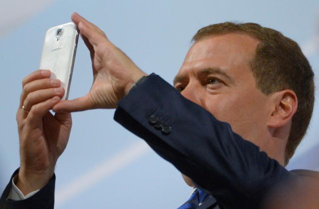 Медведев забанил Навального в Instagram