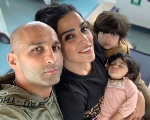 Боксер Ахмад Ширази и его жена делают семейное фото, на котором его жена без хиджаба